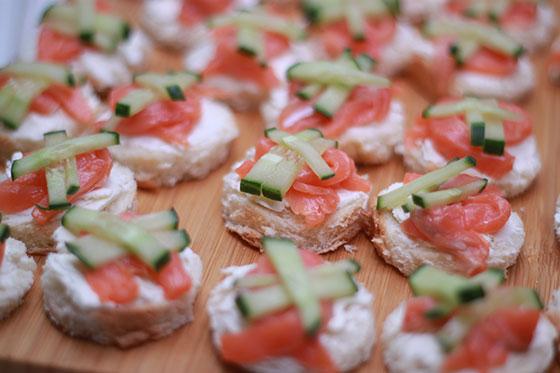 Канапе на белой булочке со сливочным сыром, красной малосольной рыбой и свежим огурчиком