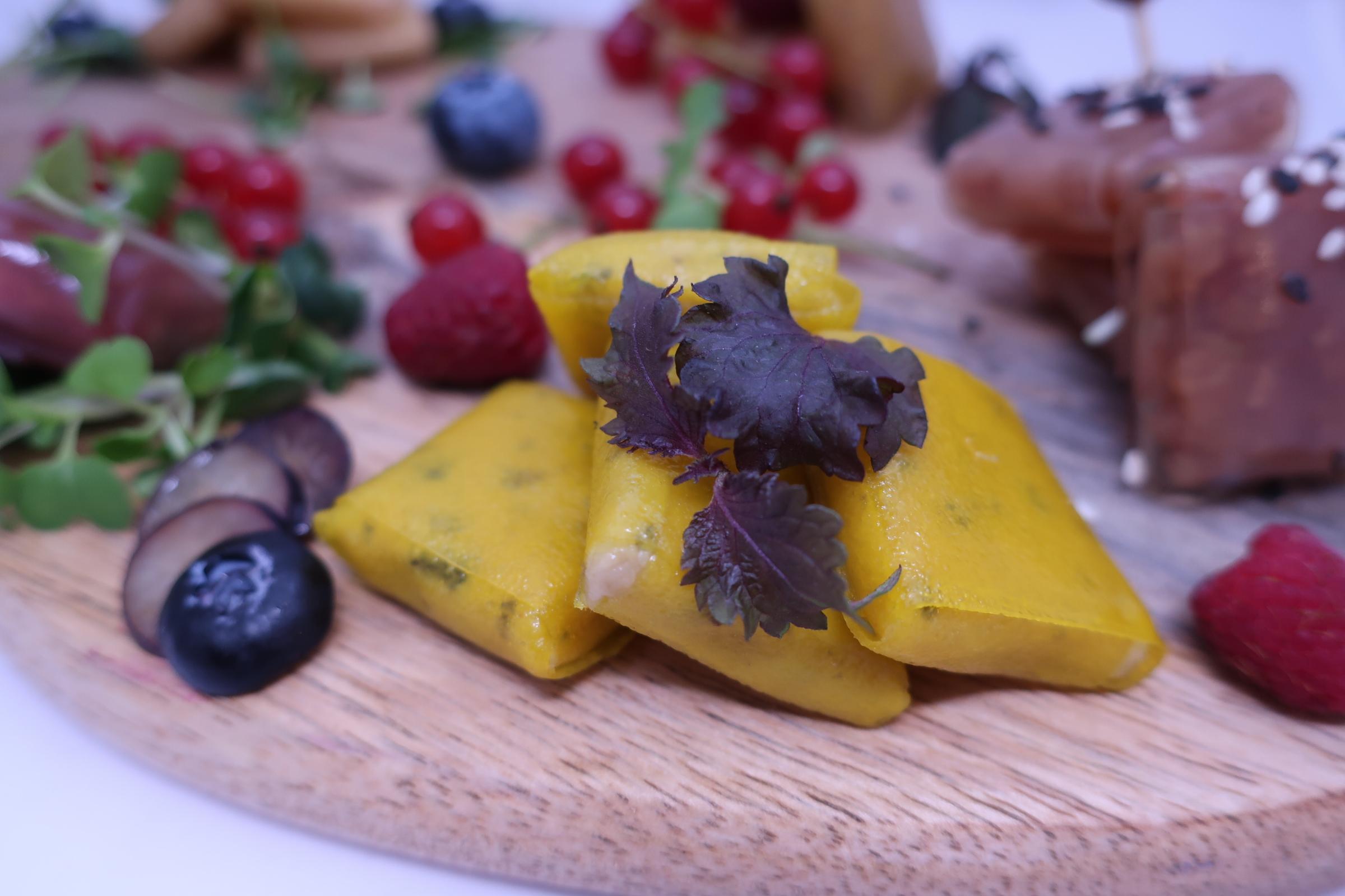 Молекулярные равиоли из ананаса со сливочным кальмаром