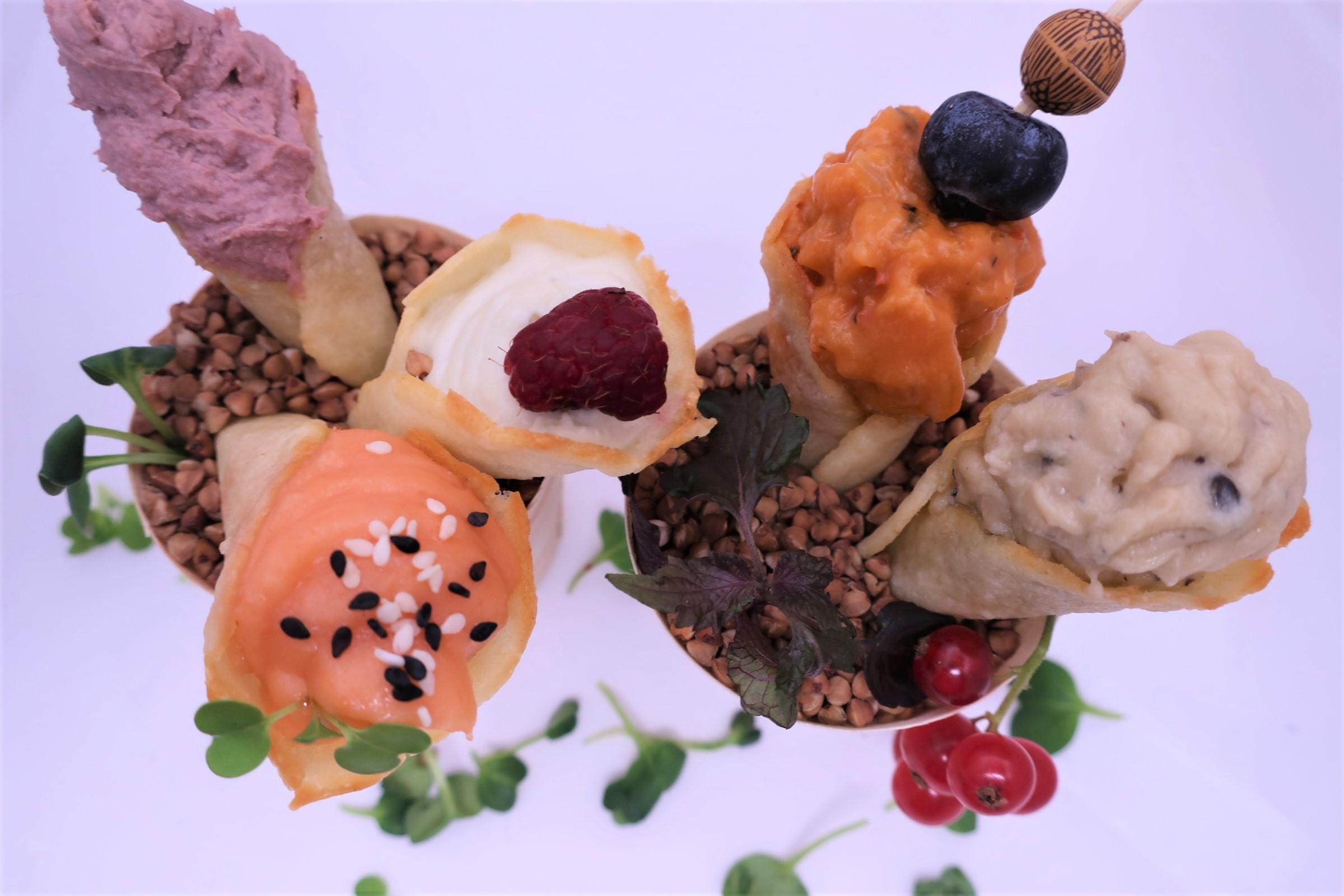 Рожки из сыра Пармезан с начинкой на выбор: