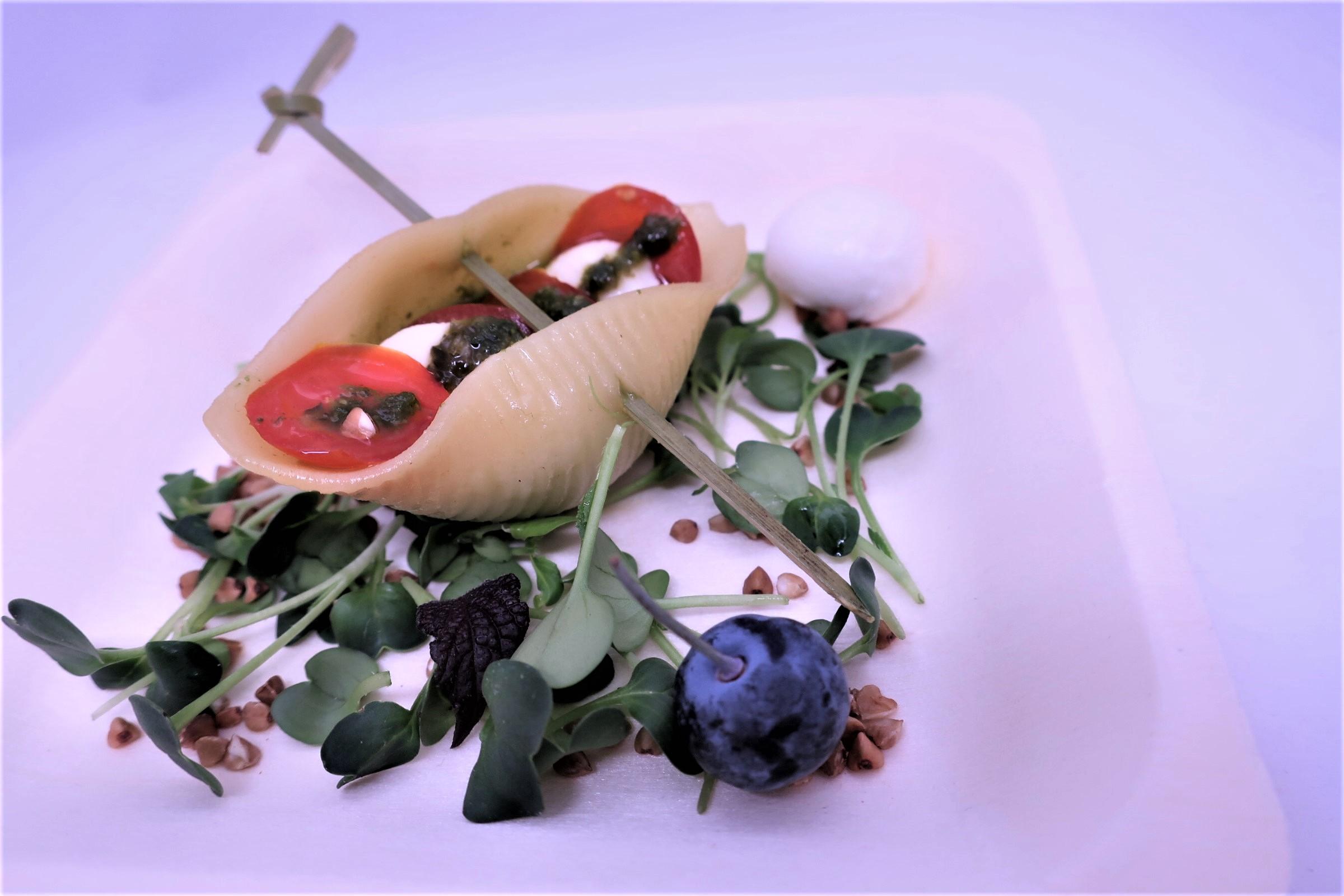 На шпажке: Мини паста ракушка-капрезе с домашним соусом Песто