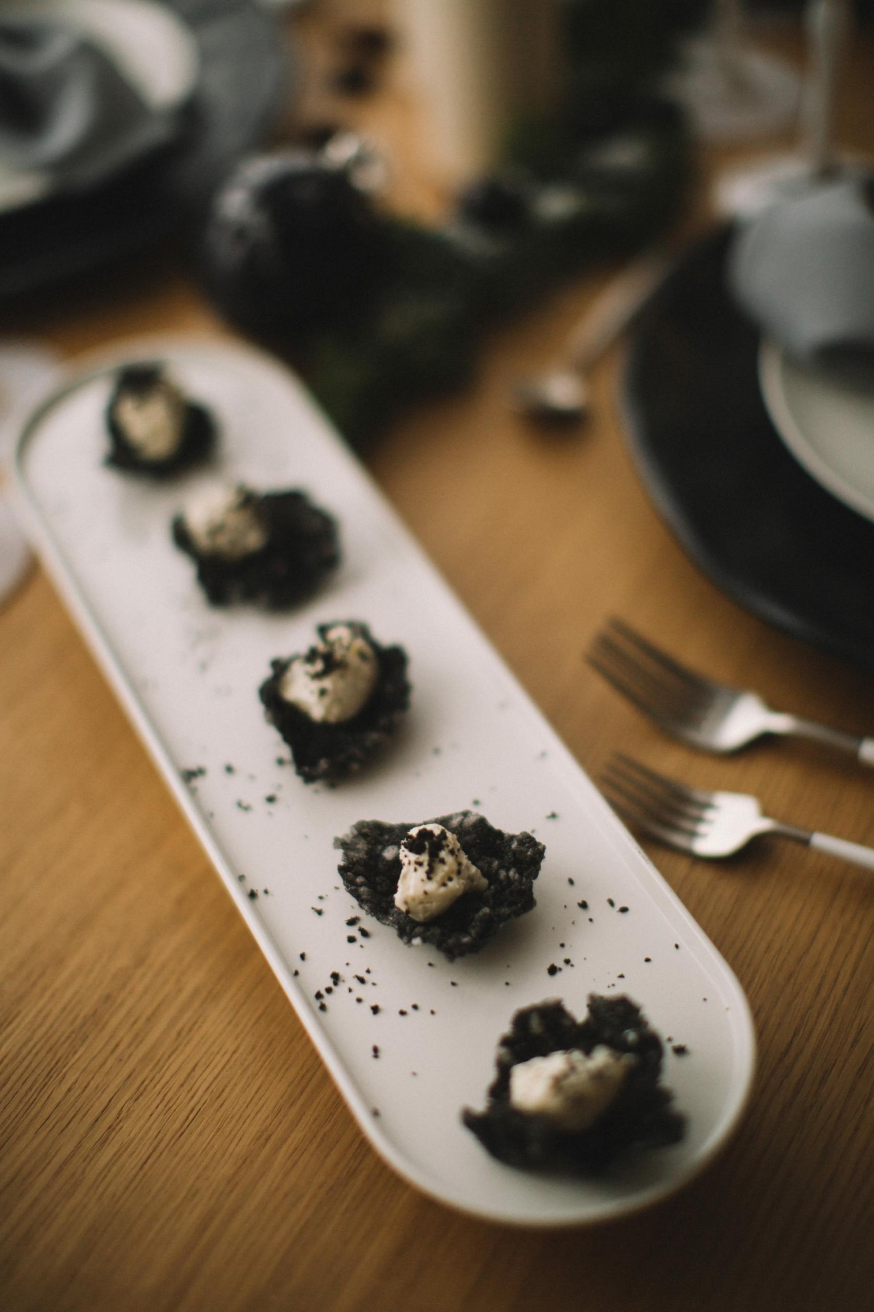 Черный чипс тапиоки с мягкой брынзой и маслинами (Арт:09)