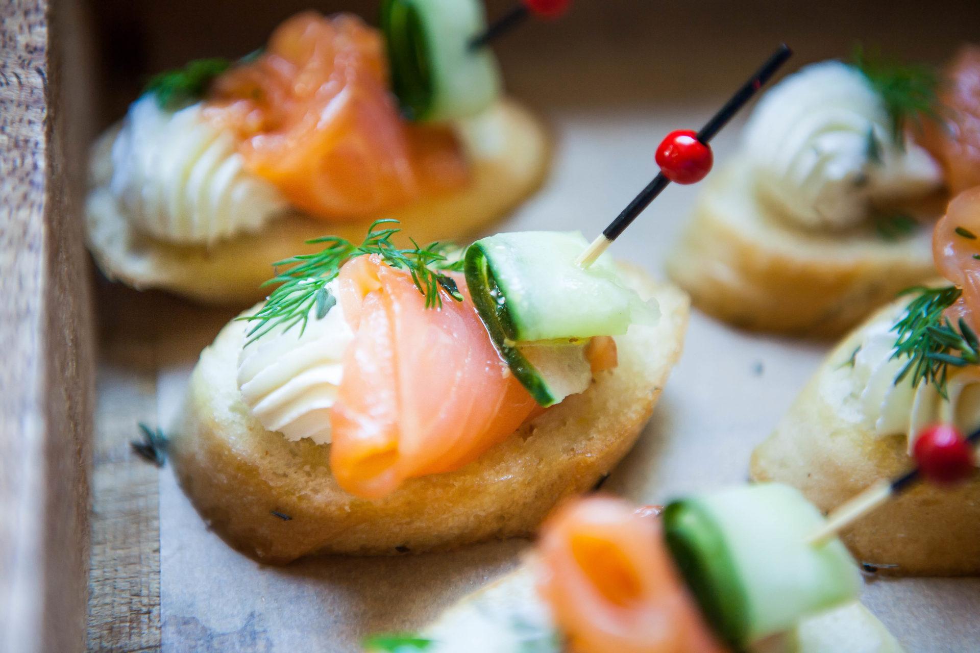 Тапас со слабосоленым лососем, свежим огурцом и укропом по- скандинавски (Арт:04)